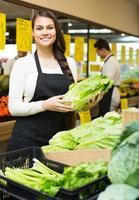 Verkäufer mit Gemüse auf dem Markt foto