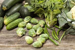 Auswahl an grünem Gemüse foto