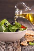 frischer Salat mit Tomaten und Oliven foto