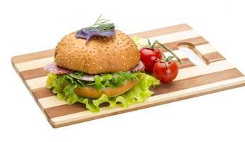Brot mit Würstchen und Salat