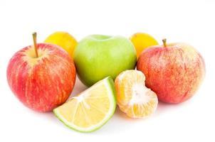 verschiedene Früchte auf weißem Grund