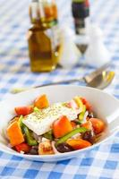 Griechischer Salat mit Feta, Paprika und Oliven foto