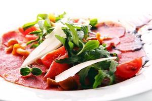 Rindfleisch-Carpaccio mit Ruccola foto