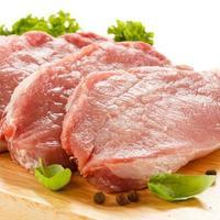 frisches rohes Schweinefleisch auf Schneidebrett
