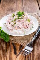 Portion hausgemachten Fleischsalat