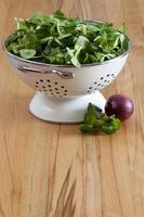 frischer Maissalat und rote Zwiebel