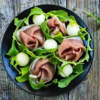 Salat mit Schinken, Melone und Rucola foto