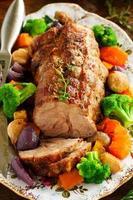 Schweinebraten mit Gemüse und Gewürzen. foto
