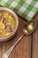 Suppe mit Buchweizen und Gemüse. foto