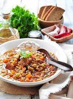Linsensuppe mit Hähnchen-Peperoni-Wurst, Zwiebel, Karotte foto
