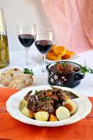 französischer Rindfleischeintopf mit Karotten und Rotwein foto