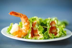 Salat mit Käse und gekochten Garnelen foto