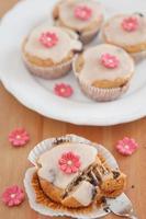 Frühlingsmuffins mit Marzipanblüten foto