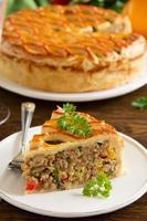 hausgemachte Torte mit Fleisch. foto