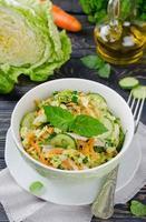 Kohlsalat mit Gurke und Karotten foto