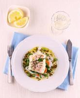 Kabeljaufilet mit grünen Bohnen, Erbsen, Petersilie, Wein foto