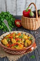 Eintopf mit Hühnchen und Gemüse foto