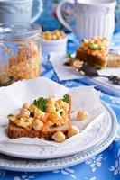 Sandwich mit Karotten, Käse und Kichererbsen foto