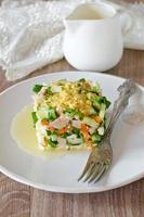 Salat mit Hühnchen, Karotten, Eiern und Gurken foto