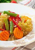 gedämpftes Gemüse - Blumenkohl, grüne Bohnen, Karotten und Zwiebeln foto