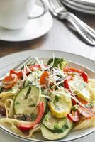 Pasta Primavera mit frischem Gartengemüse foto