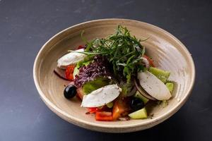 Gemüsesalat mit Käse foto