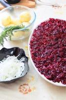 russischer traditioneller salathering unter pelzmantel foto