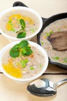 herzhafte Kichererbsen-Gersten-Suppe aus dem Nahen Osten foto