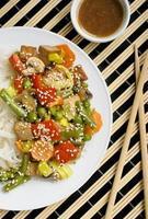 Gebratene Nudeln mit Gemüse und Tofu foto