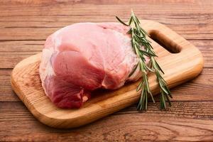 geschnittenes Stück rohes Fleisch zum Grillen foto