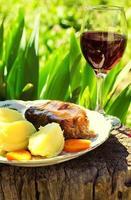 Rinderfilet Mignon Steak mit Kartoffeln und Wein foto