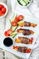 Mit Rindfleisch gefüllte Paprika, Karotten und Zwiebeln mit Balsamico-Dressing