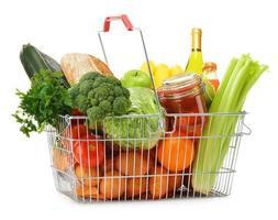 Draht Einkaufskorb mit Lebensmitteln auf weiß isoliert foto