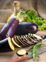 Auberginen und Olivenöl foto