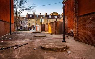 schmutziger Hof und Häuser in Baltimore, Maryland.