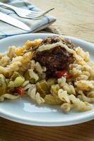 Nudeln und Fleischbällchen mit Gemüse foto