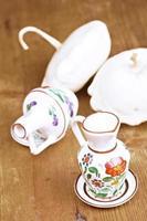 kleine Vasen und dekorative Kürbisse auf dem Tisch foto