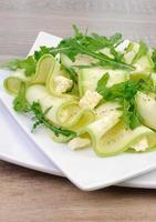 Zucchinisalat mit Rucola und Feta foto
