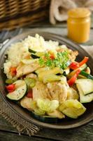 Hähnchenfilet gedünstet mit Gemüse, serviert mit Couscous foto