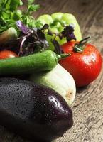frische Auberginen, Tomaten, Paprika, Zucchini, Knoblauch und Kräuter foto