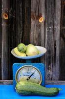 Vintage-Skalen-Zucchini auf rustikalen Bauernhofprodukten des dunklen hölzernen Hintergrunds foto