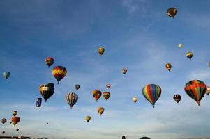 Luftballons füllen den Himmel foto