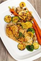 Gegrilltes Hähnchen mit Gemüse foto