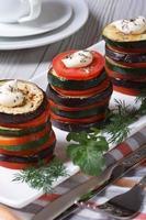 gebackene Gemüse ausgekleidete Turmnahaufnahme. foto