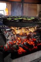 Kochen von Fleisch und Gemüse foto