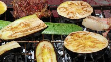 Auberginen und Zucchini sowie gegrilltes Gemüse auf dem Grill 2 foto