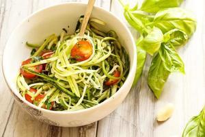 Zucchininudeln Nudeln mit Gemüse foto
