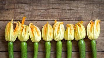 Zucchini mit Blumen foto