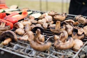 Zucchini, Auberginen, Paprika und Pilze gegrillt zubereitet foto