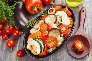 Hühnchen mit Gemüse gebacken foto